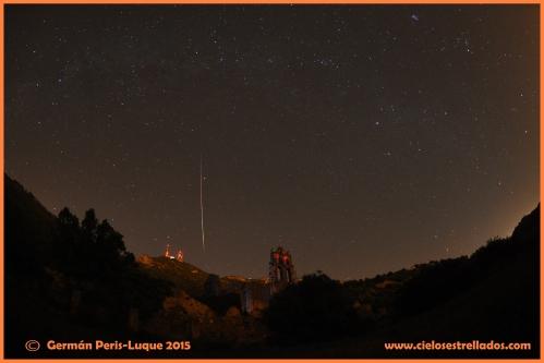 Brillante estrella fugaz sobre el monasterio Carmelita del Desert de les Palmes. Crédito Autor.